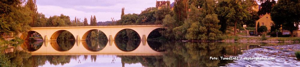 Deutschland, Thüringen, Saalfeld, Brücke über die Saale-Fluss